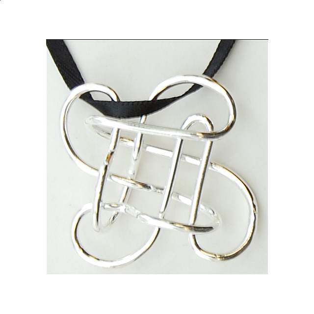 puzzle-pendant-mystery-clover